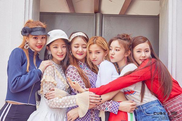 Tags: K-Pop, (G)-I-DLE, Yeh Shuhua, Cho Miyeon, Song Yuqi, Jeon Soyeon, Seo Soojin, Minnie, Black Headwear, Skirt, White Outfit, Blue Jacket