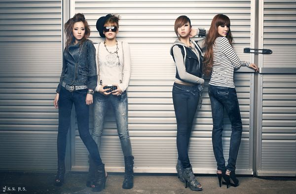 Tags: K-Pop, 2NE1, Sandara Park, Minzy, CL, Park Bom, High Heels, Sunglasses, Quartet, Full Group, Leather Jacket, Crossed Legs (Standing)