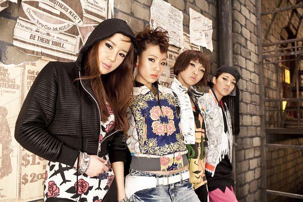 Tags: YG Entertainment, K-Pop, 2NE1, Fire (2NE1), Sandara Park, Minzy, CL, Park Bom, Four Girls, Full Group, White Outfit, White Jacket