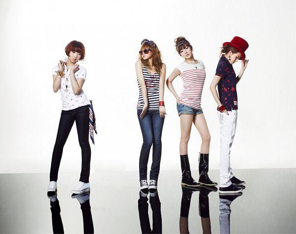 Tags: K-Pop, 2NE1, CL, Park Bom, Sandara Park, Minzy, Hat, Reflection, Full Body, Sneakers, Hand On Hip, Bare Legs