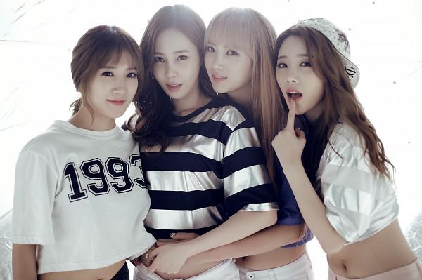 Tags: K-Pop, 4L, Chany, Yoo Jayoung, Yeseul, J-na, Silver Shirt, Hat, Midriff, Short Sleeves, Four Girls, Arm Around Waist