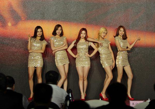Tags: K-Pop, ATT (Asia Twinkle Treasure), Temptation, Joo Ayeong, Lee Seyeon, Sebi, Bae Seohee, Kwak Yujeong, Stage, Red Hair, Yellow Outfit, Quintet