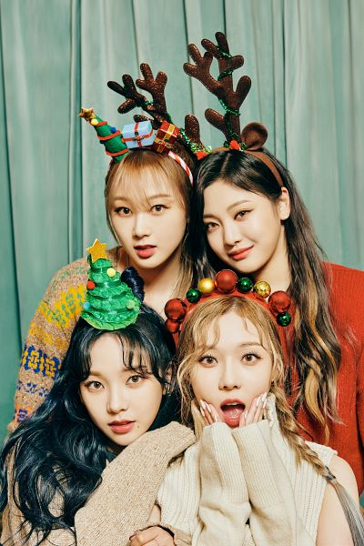 Tags: K-Pop, Aespa, Twice, Winter, Ningning, Giselle, Karina, Christmas Tree, Hand On Cheek, Full Group, Red Shirt, Red Headwear