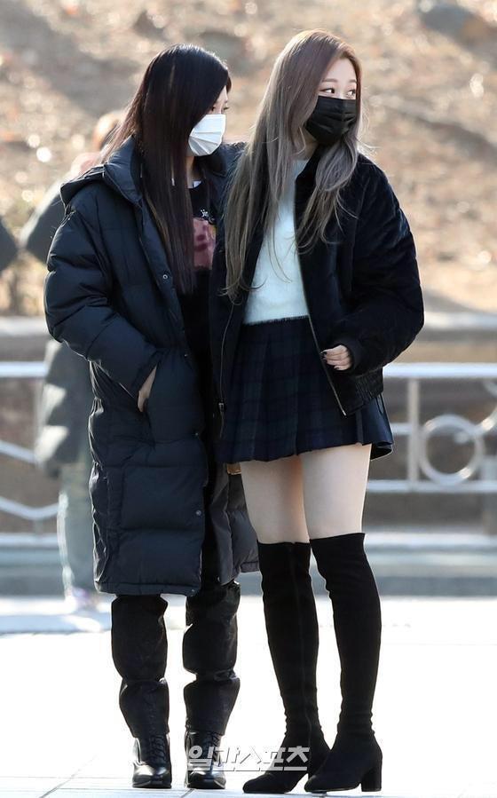 Tags: K-Pop, Aespa, Giselle, Ningning, Pleated Skirt, Looking Away, Mask, Face Mask, Black Skirt, Checkered Skirt, High Heels, Korean Text
