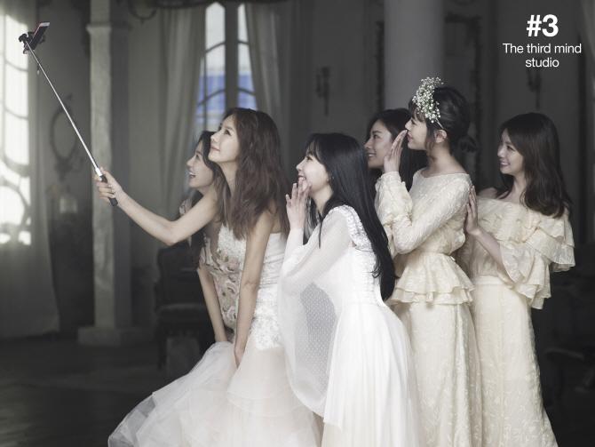 Tags: K-Pop, After School, Nana, Lee Gaeun, Kim Jungah, Lizzy, Yoo So-young, Raina, Hair Ornament, White Dress, Wedding Dress, Looking at Phone