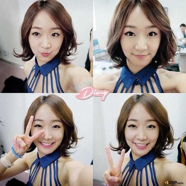 Tags: K-Pop, Baby Kara, Ahn Sojin, Medium Hair, V Gesture, Gray Background, Blue Shirt
