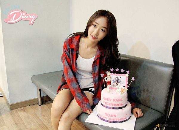 Tags: Baby Kara, Ahn Sojin, Checkered, Sitting On Couch, Checkered Shirt, Shorts, Sweets, Black Shorts, Couch, Cake, Red Shirt