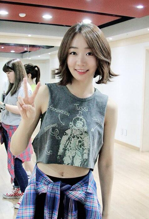 Tags: K-Pop, Baby Kara, KARA, Ahn Sojin, Midriff, Checkered, Black Pants, Checkered Shirt, Medium Hair, Navel, V Gesture