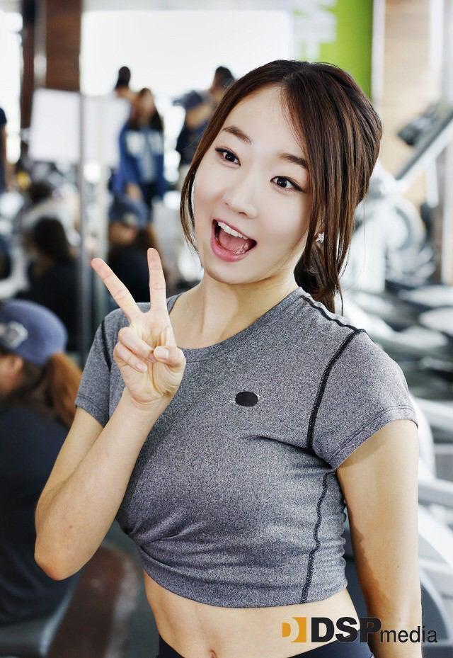 Tags: Baby Kara, Ahn Sojin, Midriff, Hair Up, V Gesture, Navel, Gray Shirt
