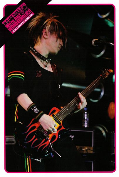 Tags: J-Pop, L.M.C, Aiji, Multi-colored Hair, Looking Away, Necklace, Collar (Clothes), Guitar, Android/iPhone Wallpaper