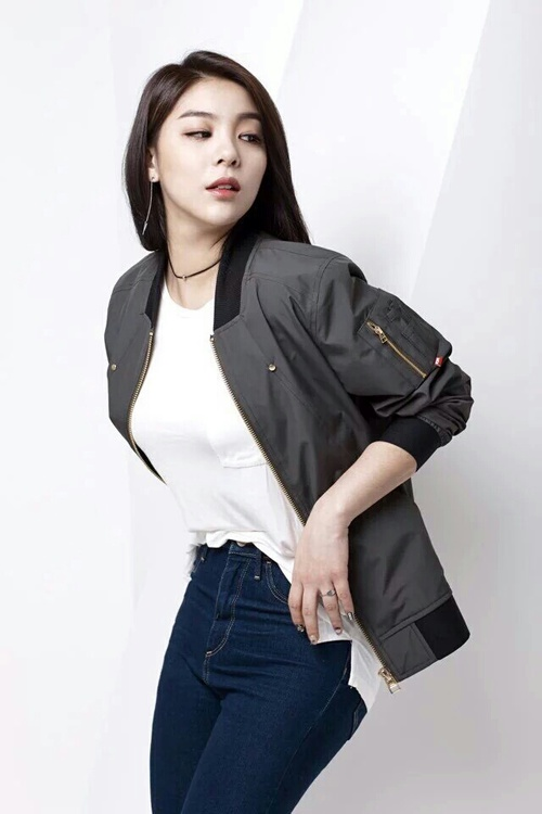 Tags: K-Pop, Ailee, White Background, Looking Away, Jeans, Light Background
