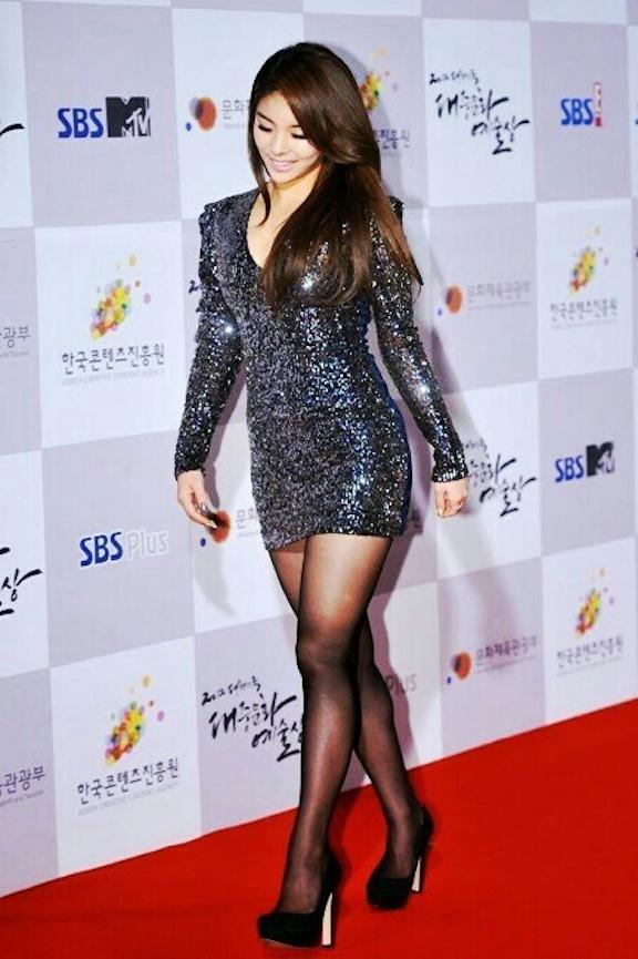 Tags: K-Pop, Ailee, Red Carpet, Black Outfit, Black Footwear, Looking Ahead, Black Dress, Looking Down