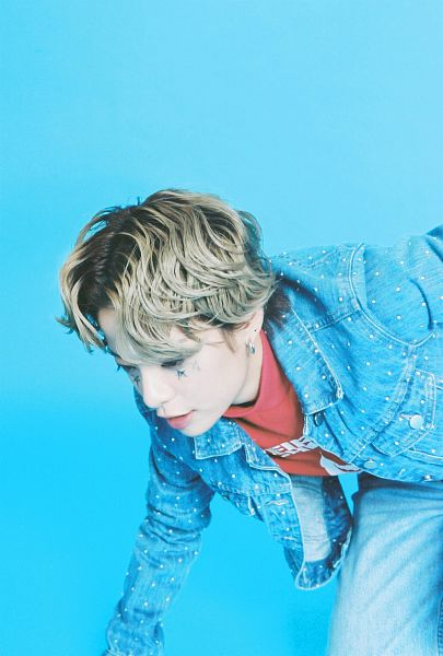 Tags: K-Pop, f(x), Amber Liu, Red Shirt, Blue Background, Denim Jacket, Jeans, Android/iPhone Wallpaper, 4 Walls