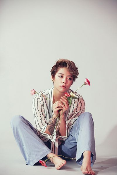 Tags: K-Pop, f(x), Amber Liu, Sitting On Ground, Gray Background, Jeans, Flower, Striped, Striped Shirt, Tattoo, Barefoot, Looking Away