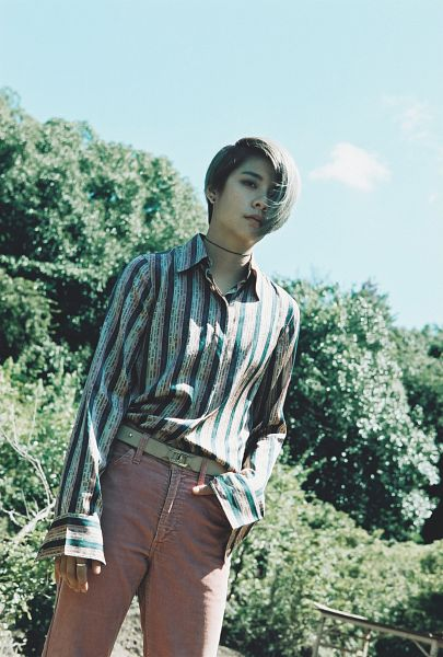 Tags: K-Pop, f(x), Amber Liu, Hand In Pocket, Striped, Brown Pants, Choker, From Below, Striped Shirt, 4 Walls, Android/iPhone Wallpaper