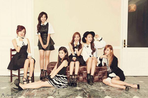 Tags: K-Pop, Apink, Son Na-eun, Yoon Bo-mi, Park Cho-rong, Jung Eun-ji, Kim Nam-joo, Oh Ha-young, Hat, Chin In Hand, Black Headwear, Black Dress