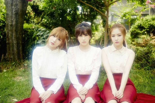 Tags: K-Pop, Apink, Oh Ha-young, Son Na-eun, Park Cho-rong, Matching Outfit, White Headwear, Skirt, Red Skirt, Sitting On Ground, Head Tilt, Outdoors