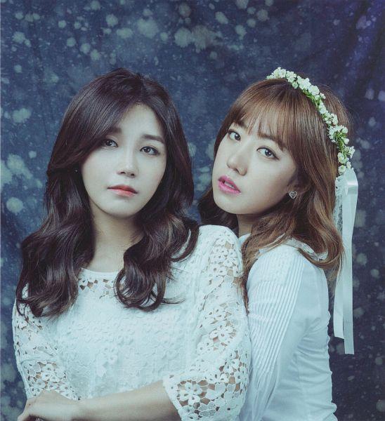 Tags: K-Pop, Apink, Jung Eun-ji, Kim Nam-joo, Two Girls, White Dress, Serious, Duo, Flower, Flower Crown, White Outfit, Magazine Scan