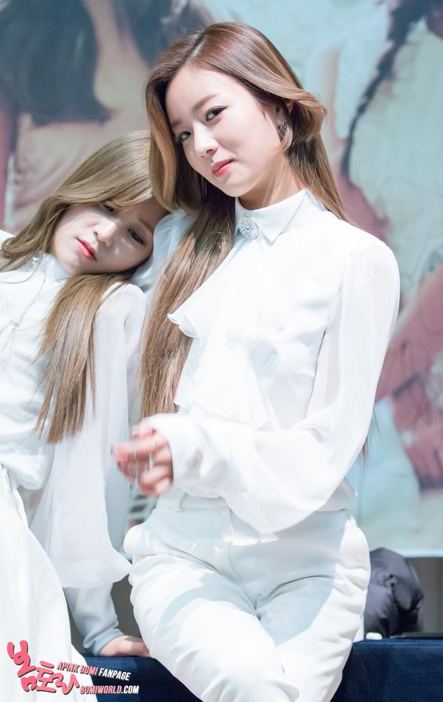 Tags: K-Pop, Apink, Park Cho-rong, Yoon Bo-mi, Two Girls, Duo, Hand On Shoulder