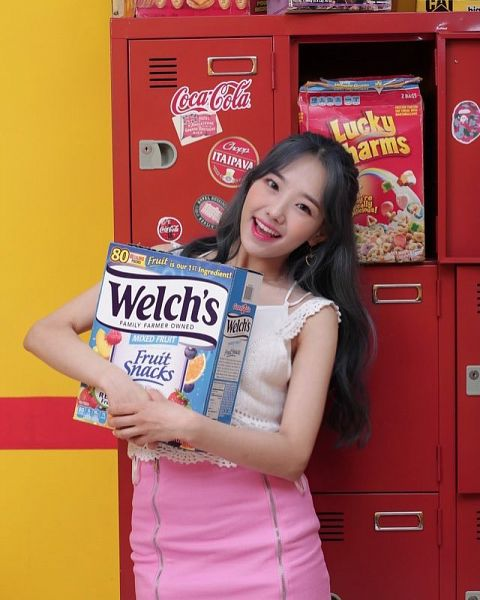 Tags: K-Pop, Yellow Bee, Ari, Food, Lockers, Skirt, Head Tilt, Pink Skirt
