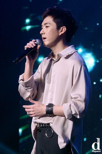 Tags: K-Pop, NU'EST, Aron, Side View, Pink Shirt, Bracelet, Close Up, Ring, Singing, Dispatch, Live Performance