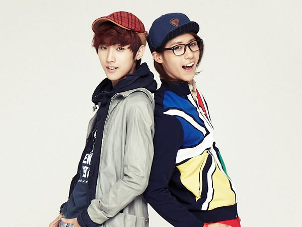 Tags: K-Pop, B1A4, Jung Jinyoung, CNU, Red Headwear, Hat, Two Males, Blue Headwear, Duo, Light Background, Gray Outerwear, Baseball