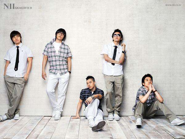 Tags: K-Pop, BIGBANG, Taeyang, T.O.P., Kang Daesung, G-Dragon, Seungri, Black Shirt, Sitting On Ground, White Background, White Pants, Gray Pants