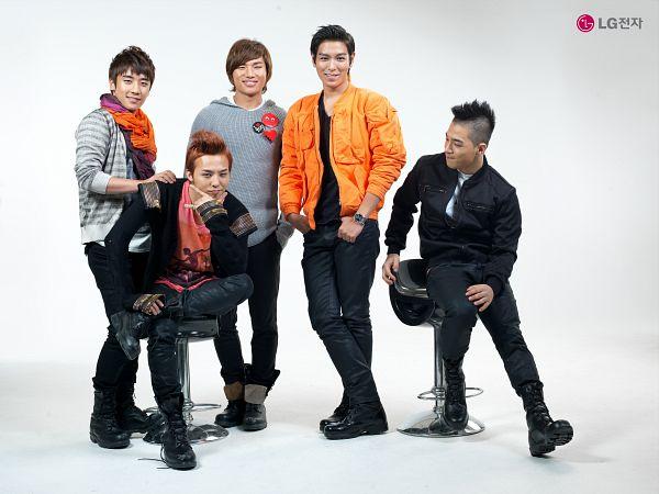 Tags: K-Pop, BIGBANG, Kang Daesung, Taeyang, Seungri, T.O.P., G-Dragon, Five Males, Scarf, Light Background, Hand On Shoulder, Gray Outerwear