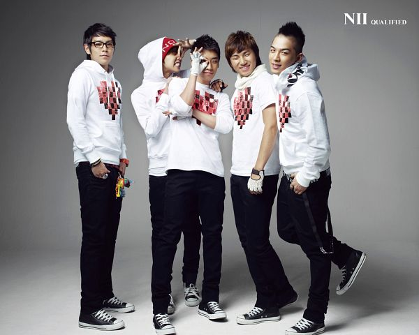 Tags: K-Pop, BIGBANG, Kang Daesung, Taeyang, Seungri, T.O.P., G-Dragon, Full Body, Hand On Shoulder, Looking Away, Hood, Hat