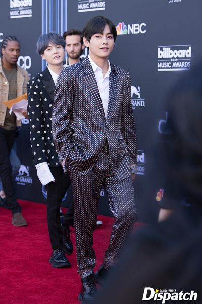 Tags: K-Pop, BTS, V (Kim Taehyung), Suga, English Text, Gray Jacket, Gray Outerwear, Quartet, Four Males, Red Carpet, Walking, Gray Hair