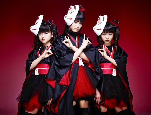 Tags: J-Pop, Babymetal, Yuimetal, Moametal, Su-metal, Matching Outfit, Mask, Black Outfit, Wavy Hair, Kimono, Red Background, Twin Tails