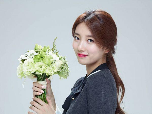 Tags: K-Pop, Miss A, Bae Suzy, Bouquet, Flower, Gray Background, White Flower, Lotte