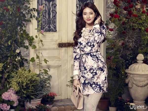 Tags: K-Pop, Bae Suzy, Bush, Bracelet, Red Flower, Rose (flower), Floral Print, Flower, White Legwear, Bag, Wavy Hair, Floral Dress