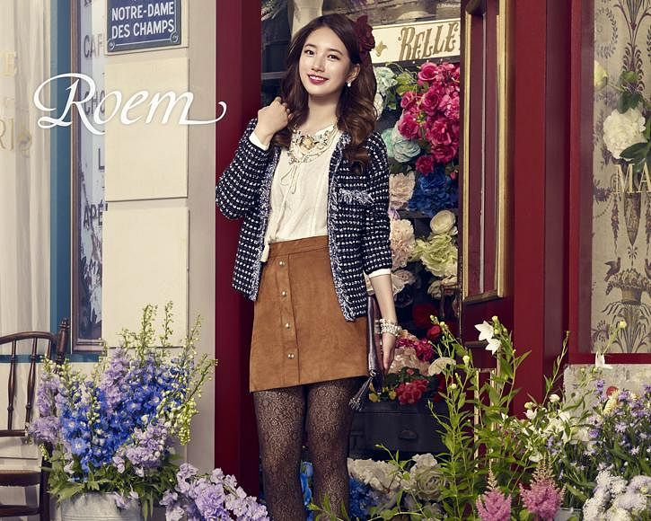 Tags: K-Pop, Bae Suzy, Wavy Hair, Door, Brown Skirt, Necklace, Blue Jacket, Pink Flower, Bracelet, Bag, Blue Flower, White Flower