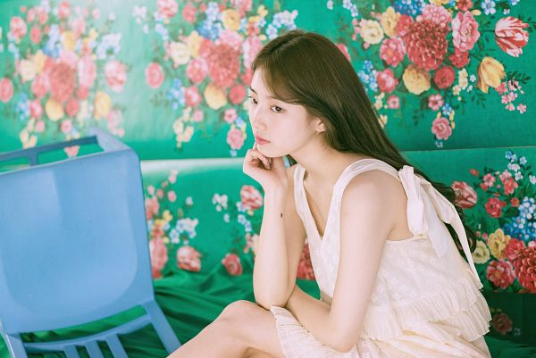 Tags: K-Pop, Bae Suzy, White Dress, Facial Mark, Mole, Sleeveless, Sitting On Ground, Flower, Bare Shoulders, Floral Background, White Outfit, Sleeveless Dress