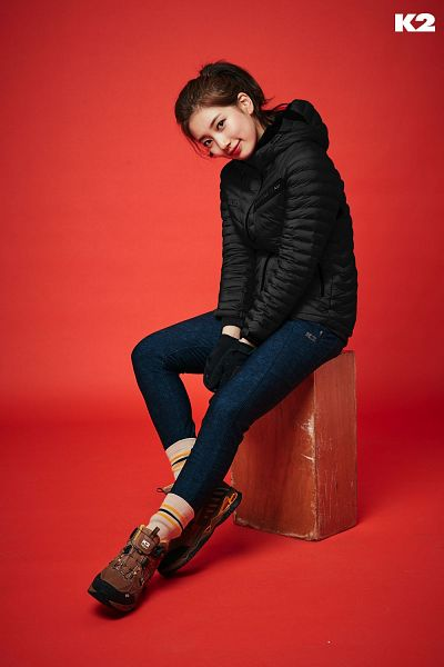 Tags: K-Pop, Bae Suzy, Ponytail, Gloves, Box, Red Background, Blue Pants, Hair Up, Red Lips, K2