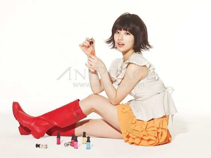 Tags: K-Pop, Miss A, Bae Suzy, Light Background, White Background, Make Up, Skirt, Boots, Text: URL, Orange Skirt, Aniplace