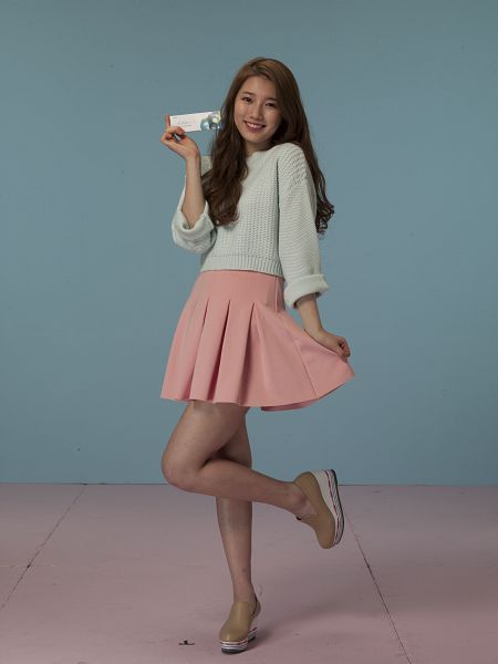 Tags: K-Pop, Miss A, Bae Suzy, Leg Up, High Heels, Standing On One Leg, Make Up, Brown Footwear, Skirt, Sweater, Blue Background, Pleated Skirt
