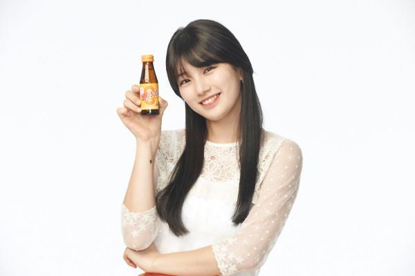 Tags: K-Pop, Miss A, Bae Suzy, White Background, Black Eyes, Bottle, Light Background, Vita 500