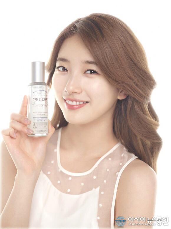 Tags: K-Pop, Miss A, Bae Suzy, Black Eyes, Sleeveless, Bottle, Wavy Hair, Simple Background, Light Background, Sleeveless Shirt, Make Up, White Background