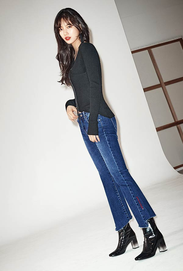 Tags: K-Pop, Miss A, Bae Suzy, Red Lips, Jeans, Black Eyes, Blue Pants, Guess