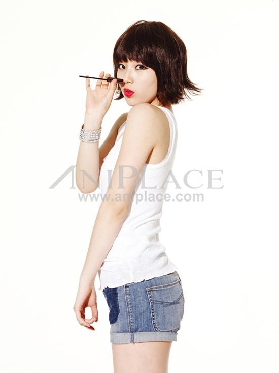 Tags: K-Pop, Miss A, Bae Suzy, Side View, Brush, Make Up, Shorts, Denim Shorts, Jeans, Blue Shorts, Light Background, Bracelet