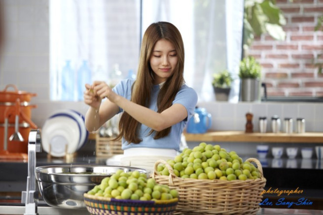 Tags: K-Pop, Miss A, Bae Suzy, Looking Ahead, Blue Shirt, Looking Down, Fruits, Food, Cooking, Short Sleeves, Xylose