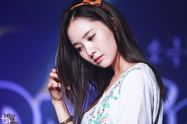 Tags: K-Pop, Dal Shabet, Bae Woo-hee, Bow, Blue Background, Looking Ahead, Brown Bow, Hair Bow, Hand In Hair, Looking Down, Wallpaper
