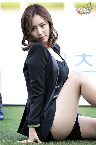 Tags: K-Pop, Dal Shabet, Bae Woo-hee, Bare Legs, Shorts, Black Shorts, Black Jacket, Medium Hair