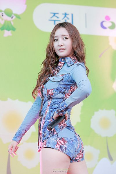 Tags: K-Pop, Dal Shabet, Bae Woo-hee, Hand On Hip, Green Background, Blue Outfit, Looking Back
