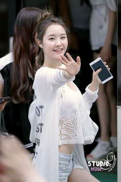 Tags: K-Pop, Dal Shabet, Bae Woo-hee, Jeans, Midriff, Denim Shorts, Hair Up, Phone, Wave, Hold Out Hand, Shorts, Android/iPhone Wallpaper