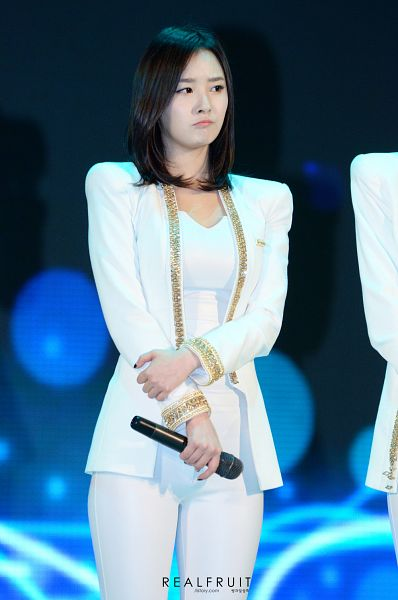 Tags: Happyface Entertainment, K-Pop, Dal Shabet, Bae Woo-hee, Frown, Looking Away, White Jacket, Medium Hair, White Pants, White Outfit, Android/iPhone Wallpaper, Live Performance