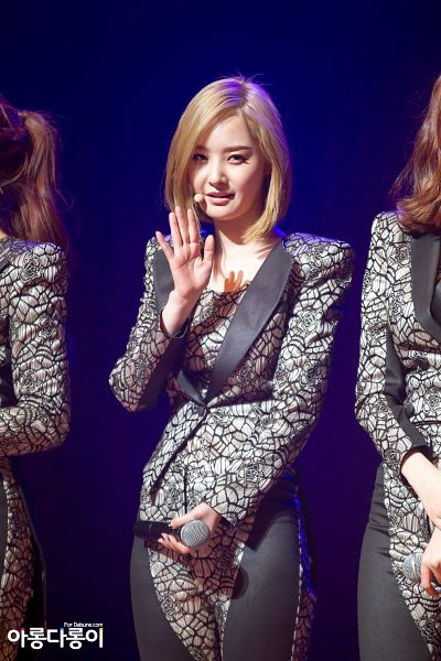 Tags: Happyface Entertainment, K-Pop, Dal Shabet, Bae Woo-hee, Gray Pants, Medium Hair, Gray Jacket, Wave, Blue Background, Gray Outerwear, Android/iPhone Wallpaper, Live Performance