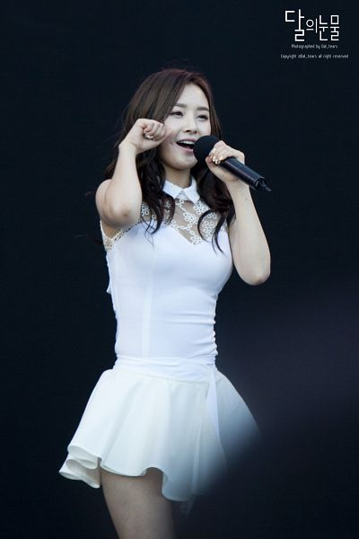 Tags: Happyface Entertainment, K-Pop, Dal Shabet, Bae Woo-hee, Dark Background, Black Background, White Outfit, White Dress, Android/iPhone Wallpaper, Live Performance